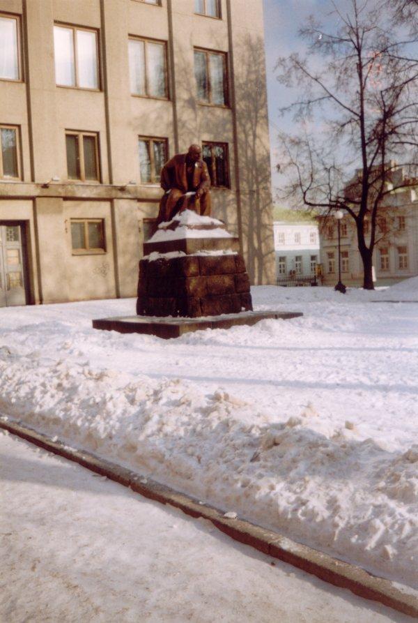 Памятник В.И.Ленину -- вид издалека