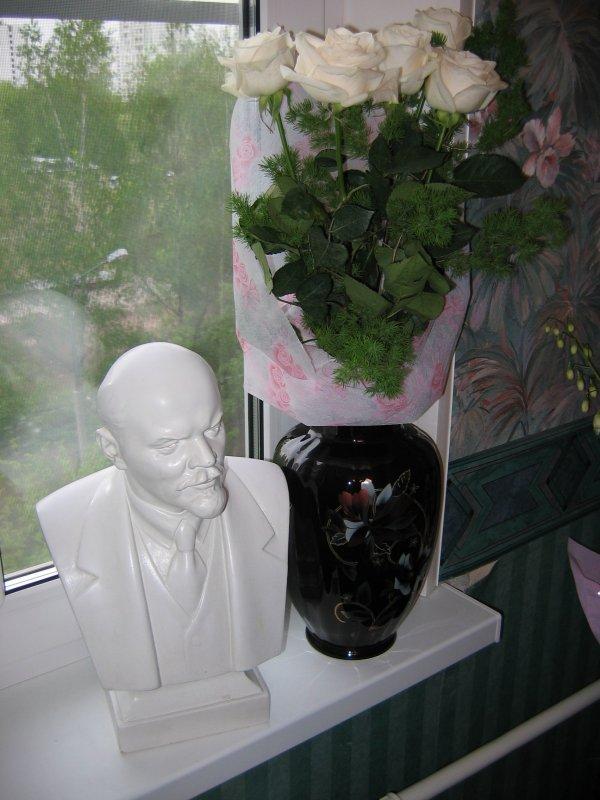 Бюст В.И.Ленина -- полная фотография