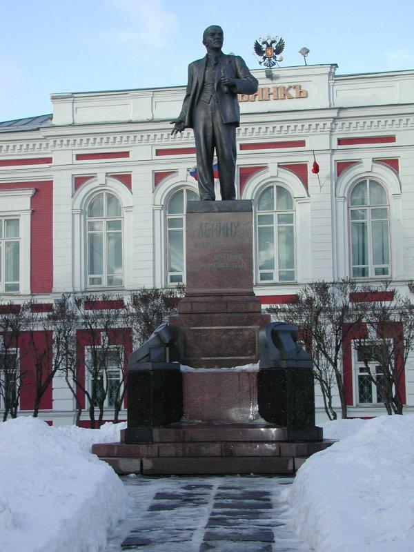 Памятник В.И.Ленину -- вид поближе