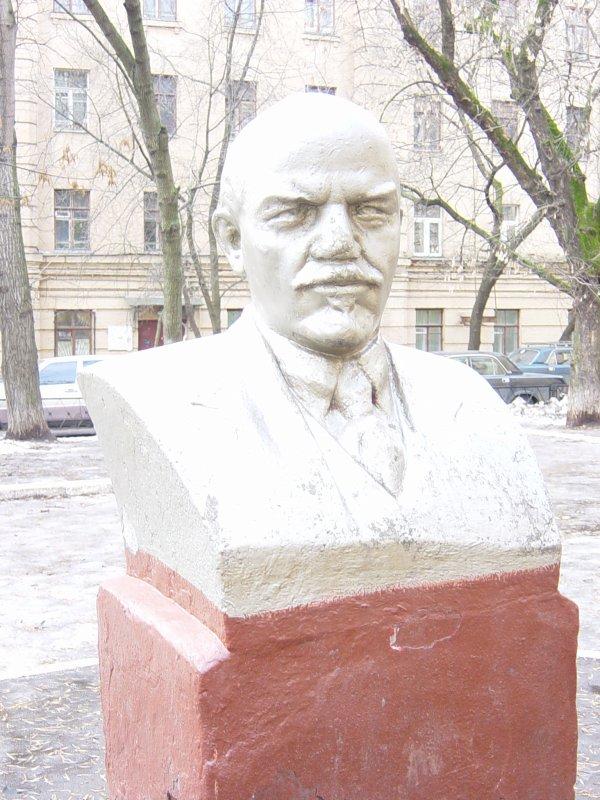 Бюст В.И.Ленина -- чуть сбоку