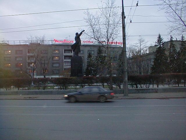 Памятник В.И.Ленину -- вид сбоку
