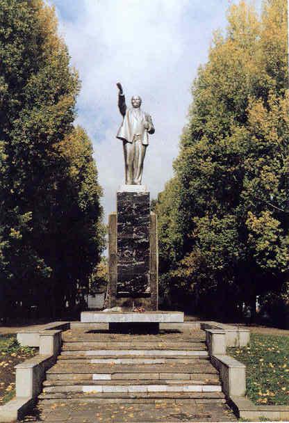 Памятник В.И.Ленину -- полная фотография