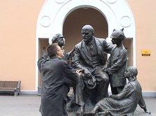 Групповой памятник В.И.Ленин и дети